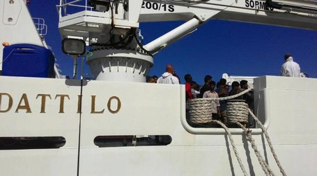 La nave Dattilo su cui verrano trasferiti i migranti dell'Aquarius (Ansa)