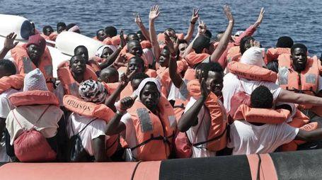 Aquarius, i migranti salutano durante il trasferimento alla nave della Guardia costiera