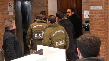 La polizia cilena nella Curia di Santiago (Reuters)