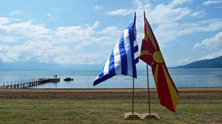Le bandiere di Grecia e Macedonia del nord (Ansa)