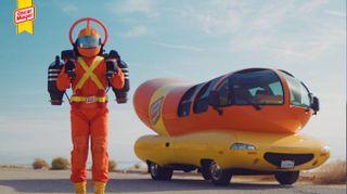 L'eroe volante che consegna gli hot dog con il jet pack