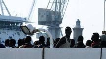 Migranti nel porto di Palermo (Ansa)