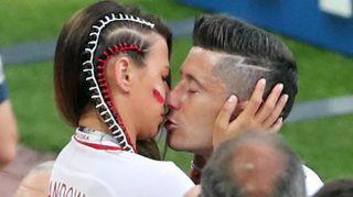 Mondiali 2018, wags sugli spalti. Il bacio che consola Lewandowski