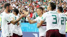 Il Messico festeggia il secondo gol di Hernandez (Ansa)