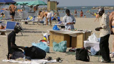 Venditori ambulanti in spiaggia (Foto Zani)