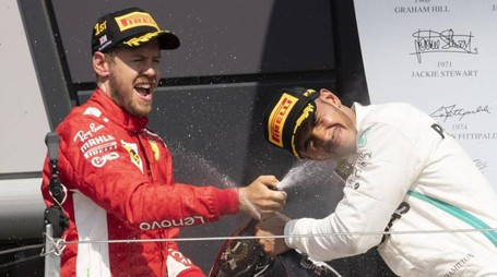 Sebastian Vettel sul podio con Lewis Hamilton (Ansa)