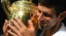 Novak Djokovic col trofeo di Wimbledon (Ansa)