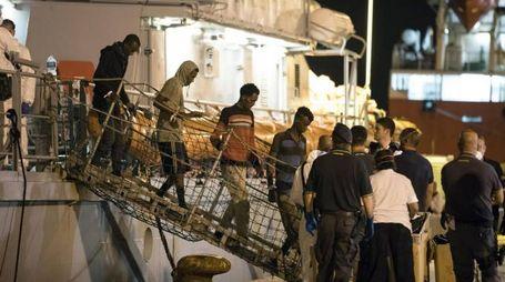 Migranti, lo sbarco a Pozzallo (Ansa)