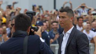 """Cristiano Ronaldo, primo giorno da Juve. Il bagno di folla c'è: """"Portaci la Champions"""""""