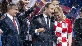 La presidente della Croazia: sorrisi, lacrime (e una doccia di pioggia in campo)