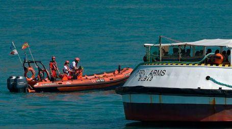 La nave Open Arms nel porto di Barcellona (LaPresse))