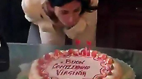 La sindaca di Roma Virginia Raggi spegne le candeline (Ansa)