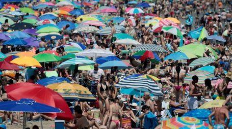 Previsioni meteo, ondata di caldo in mezza Europa. Foto: la spiaggia di Valencia (Ansa)