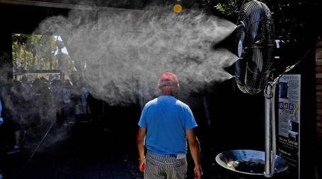 Nebulizzatori in funzione per rinfrescare i turisti in fila agli scavi di Pompei (Ansa)