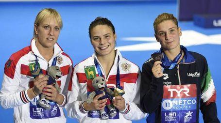 Elena Bertocchi (a destra) con la medaglia di bronzo (Ansa)