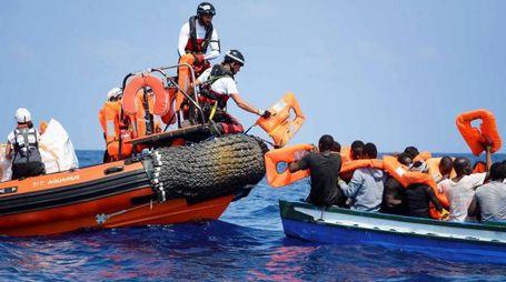 Migranti nel Mediterraneo avvicinati da un gommone di Aquarius (Ansa)