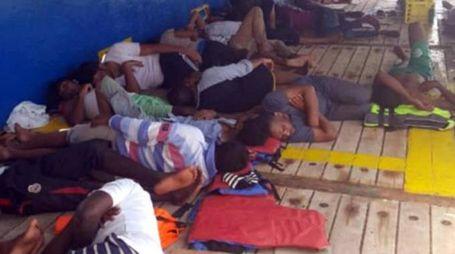 Migranti a bordo di un battello tunisino