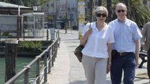 Theresa May e il marito Philip a Desenzano del Garda (Ansa)