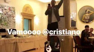 Cristiano Ronaldo canta per i compagni della Juve