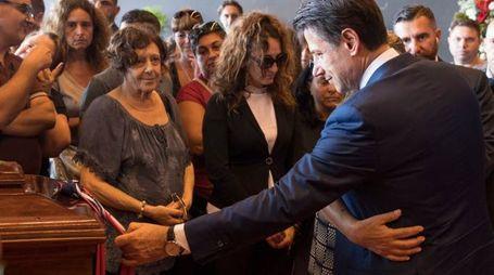 Il premir Conte con i familiari delle vittime di Genova (Ansa)