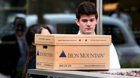 Un dipendente della Lehman Brothers fuori dall'ufficio con gli scatoloni (Ansa)