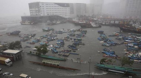 Hong Kong, il tifone Mangkhut (foto Ansa)