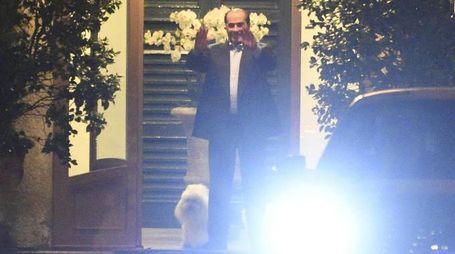 Incontro ad Arcore, Berlusconi saluta i suoi ospiti (Ansa)
