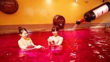 La vasca colma di vino dell'onsen Yunessun - Foto: instagram/yunessun_hakone