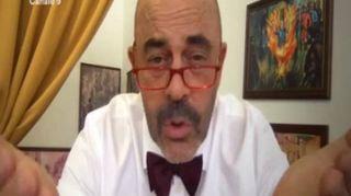 """Crozza veste i panni del senatore Pillon: """"Rapporto meraviglioso con le donne"""""""