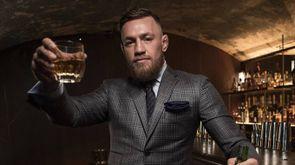 Conor McGregor con il suo whiskey - Foto: PRNewsFoto/Eire Born Spirits