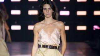 Alberta Ferretti punta sulla femminilità. In passerella Gigi Hadid e Kendall Jenner