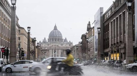 Roma, uno scorcio di via della Conciliazione davanti a San Pietro (Ansa)