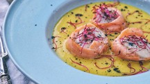 Capasanta avvolta nel salmone su crema di patate alla curcuma