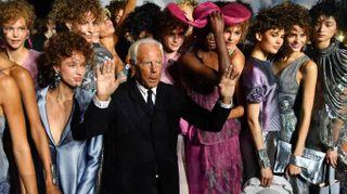 Giorgio Armani, tripudio di colori e luce. Parata vip al defilé