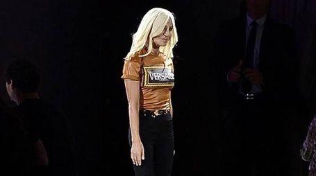 Donatella Versace in passerella alla Milano Fashion Week (Ansa)