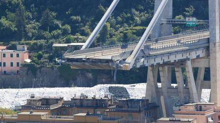 Quello che resta del ponte Moradni di Genova (Newpress)