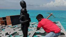 """La demolizione delle sculture """"anti-islamiche"""" nelle Maldive (Twitter)"""