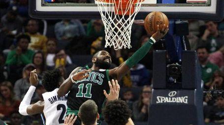 """Kyrie Irving in azione con la sua """"11"""" dei Celtics"""
