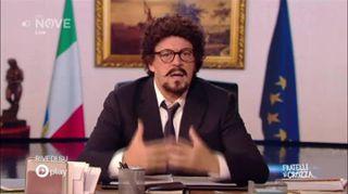"""Crozza-Toninelli e i tanti lapsus: """"Lavoro 9 giorni a settimana"""""""