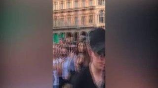 Milano, Benji & Fede improvvisano un mini live in piazza Duomo