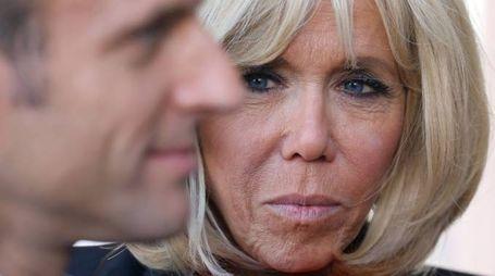 Il presidente francese Macron e la moglie Brigitte (Afp)