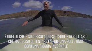 Surfista in fuga da uno squalo