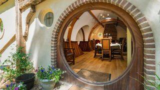 Ecco dove puoi dormire nella casa di un hobbit