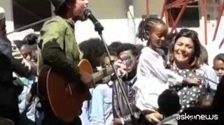 Jovanotti ad Asmara canta per i bambini della scuola italiana