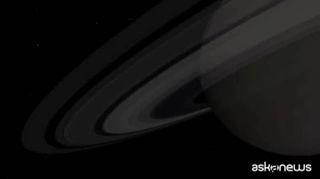 Spazio, il pianeta Saturno sta perdendo i suoi anelli