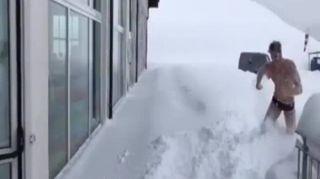 Tuffi nella neve, il curioso allenamento della Nazionale di nuoto