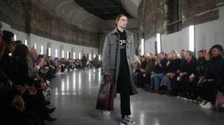Valentino, l'uomo in cappotto total black (ma con le Birkenstock)