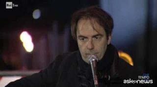 Neri Marcoré canta De André sullo sfondo del Ponte Morandi