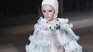 Tutù e geometrie da clown, è lo sfavillante circo Dior. La sfilata di Parigi