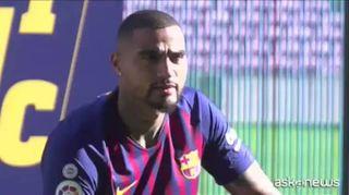 Calcio, Boateng si presenta al Campo Nou di Barcellona